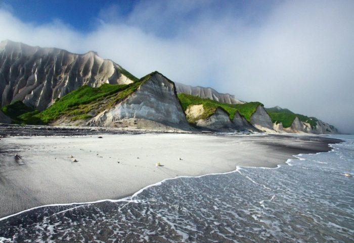 belye-skaly-ostrova-iturup-700x482
