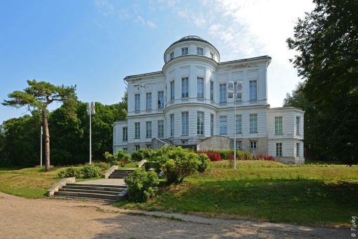 bogoroditskiy-dvorets-muzey-i-park-700x467