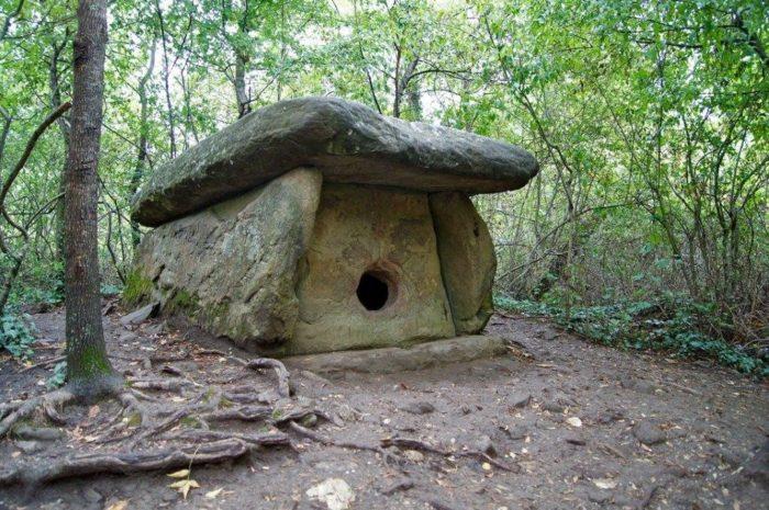 dolmeny-zapadnogo-kavkaza-700x465
