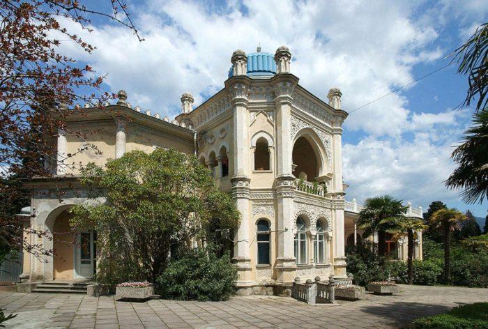 dvorets-emira-bukharskogo-700x472