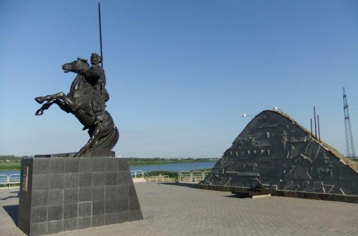 kurgan-kazachyey-slavy-s-pamyatnikom-generalu-yakovu-baklanovu-700x461