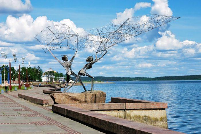 naberezhnaya-onezhskogo-ozera-v-petrozavodske-700x467