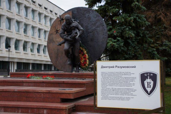 pamyatnik-dmitriyu-razumovskomu-700x465