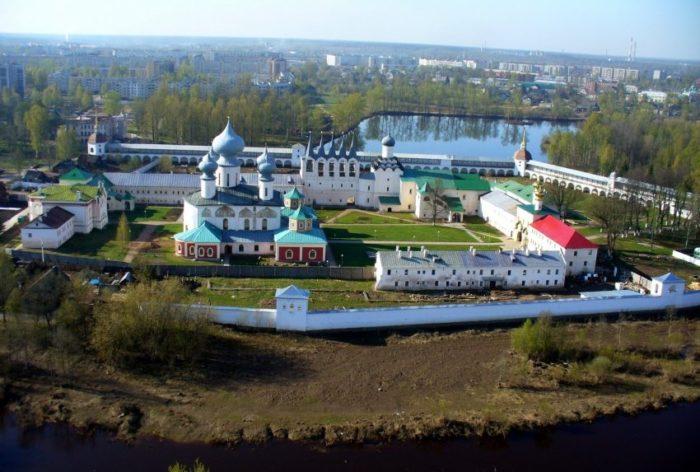 tikhvinskiy-bogorodichnyy-uspenskiy-muzhskoy-monastyr-700x472