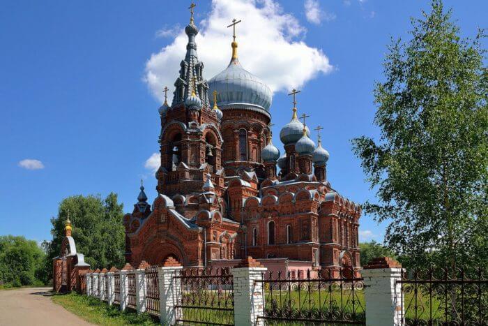 hram-ikony-bozhiej-materi-vsekh-skorbyashchih-radost-v-furmanove-700x467