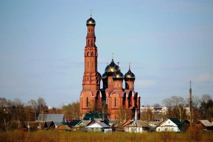krasnaya-cerkov-v-vichuge-700x468