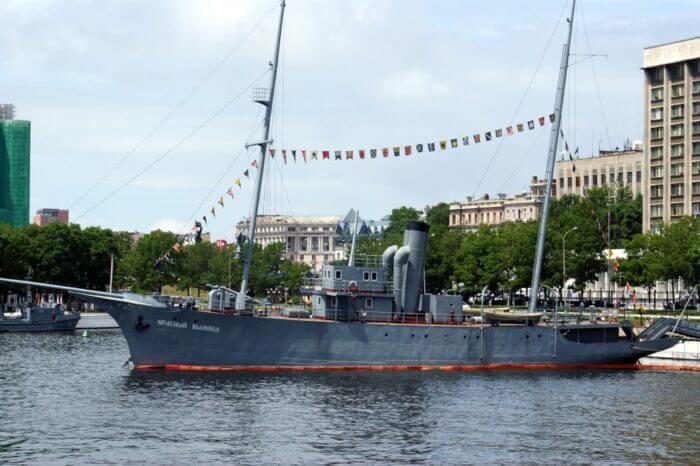 memorialnyj-korabl-krasnyj-vympel-700x466