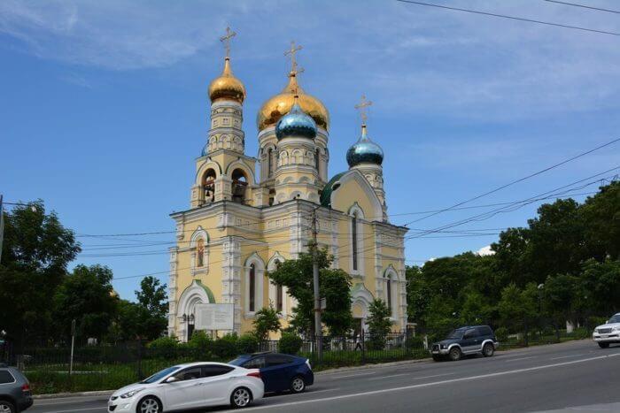pokrovskij-kafedralnyj-sobor-vladivostoka-700x467