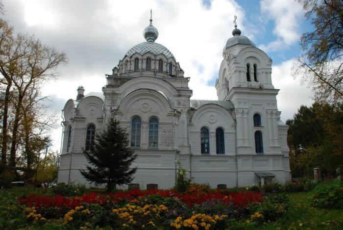 staro-voskresenskaya-cerkov-v-sele-bonyachki-700x469