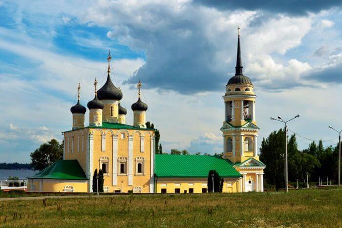 uspenskij-admiraltejskij-hram-700x466