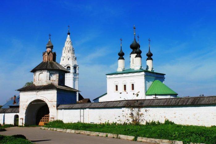 aleksandrovskij-monastyr-v-suzdale-700x466
