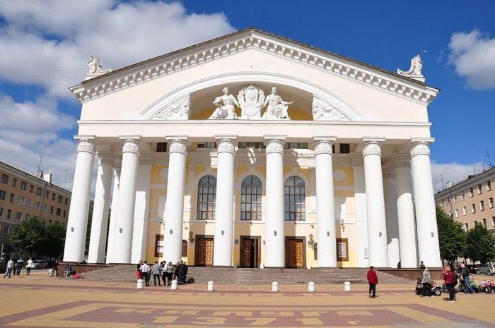 kaluzhskij-oblastnoj-dramaticheskij-teatr-700x465