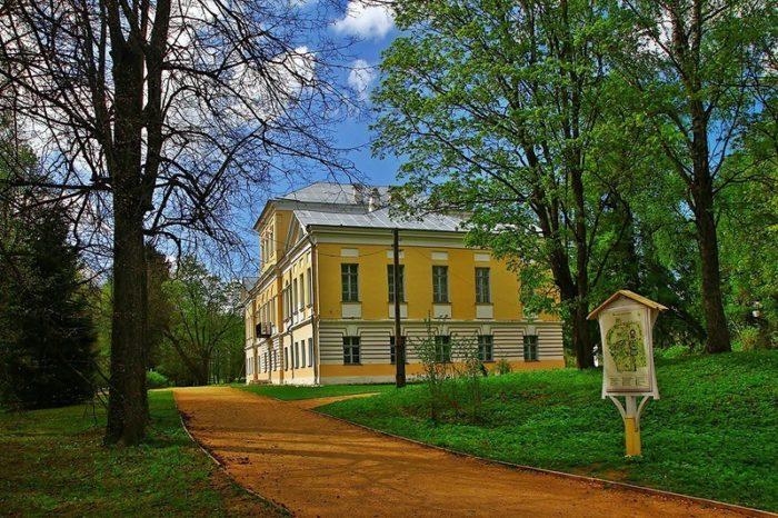 muzej-pushkina-v-usadbe-bernovo-700x466