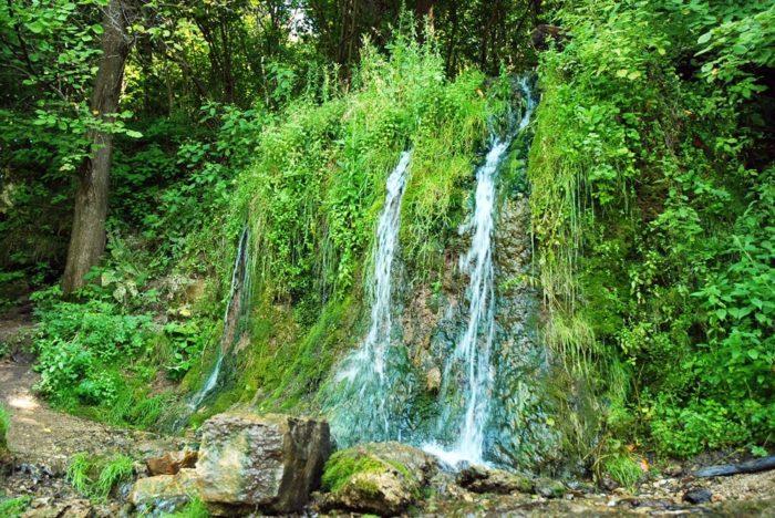 vodopad-raduzhnyj-700x468