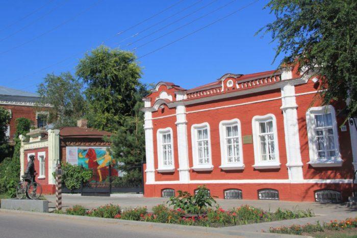 hvalynskaya-kartinnaya-galereya-petrova-vodkina-700x466