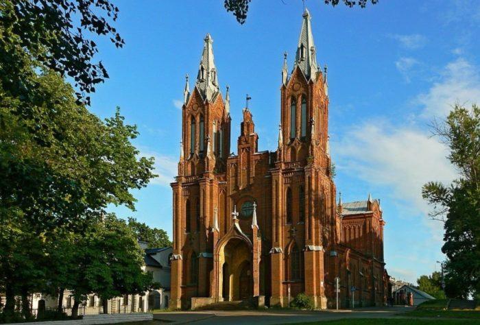 katolicheskij-kostel-700x474
