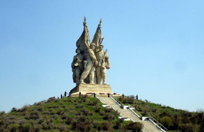 monument-soedinenie-frontov-v-pyatimorske-700x456