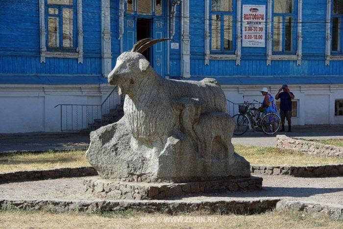 pamyatnik-koze-v-uryupinske-700x469