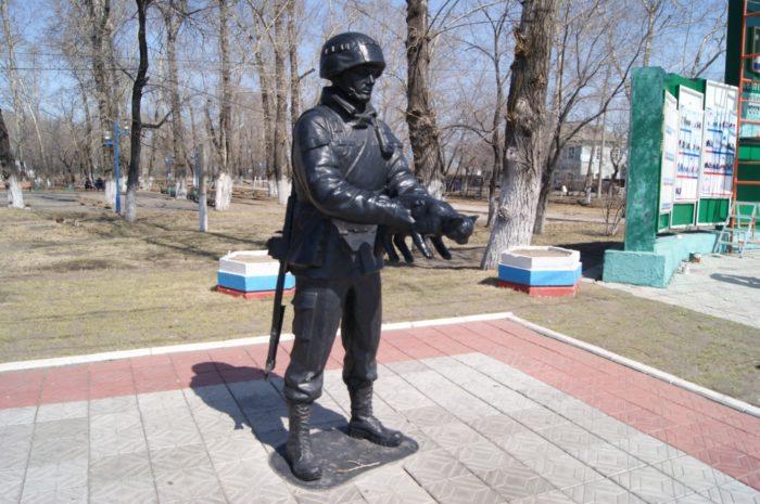 pamyatnik-vezhlivym-lyudyam-v-belogorske-700x465