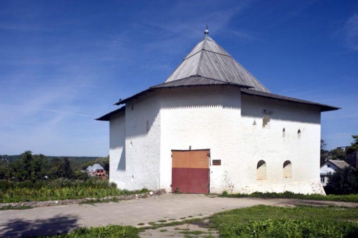 spasskaya-bashnya-vyazemskogo-kremlya-700x465