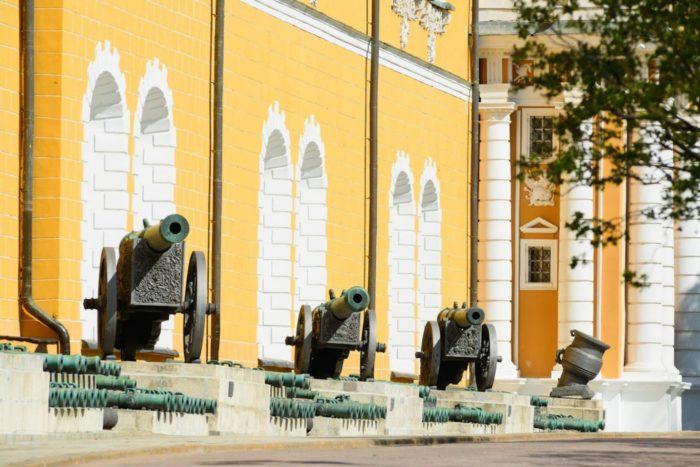 artillerijskie-orudiya-700x467
