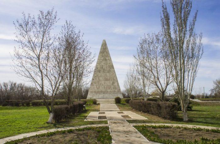astrahanskaya-piramida-goloda-700x460