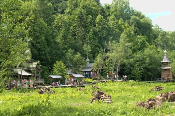 gremyachij-vodopad-na-reke-vendige-700x466