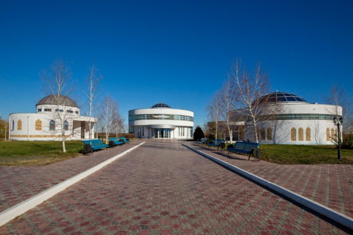 mavzolej-i-muzej-kurmangazy-sagyrbaeva-v-altynzhare-700x466