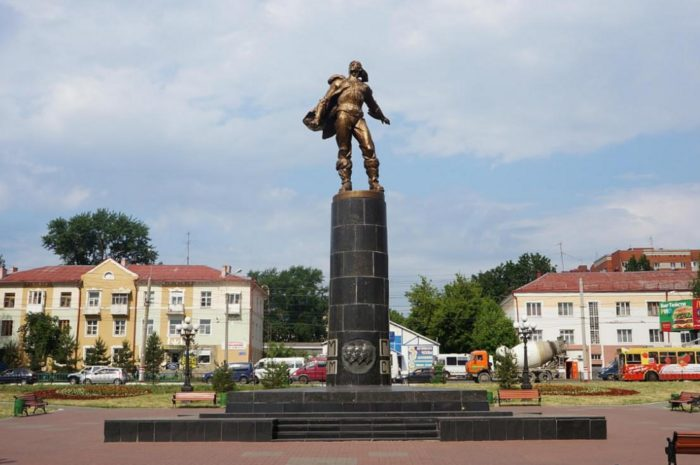 pamyatnik-stratonavtam-v-saranske-700x465