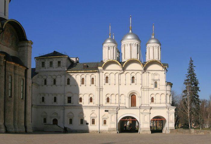 patriarshie-palaty-i-cerkov-dvenadcati-apostolov-700x478