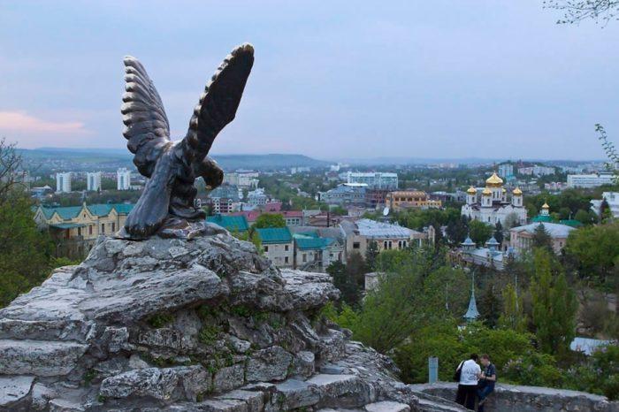 skulptura-orla-v-pyatigorske-700x466