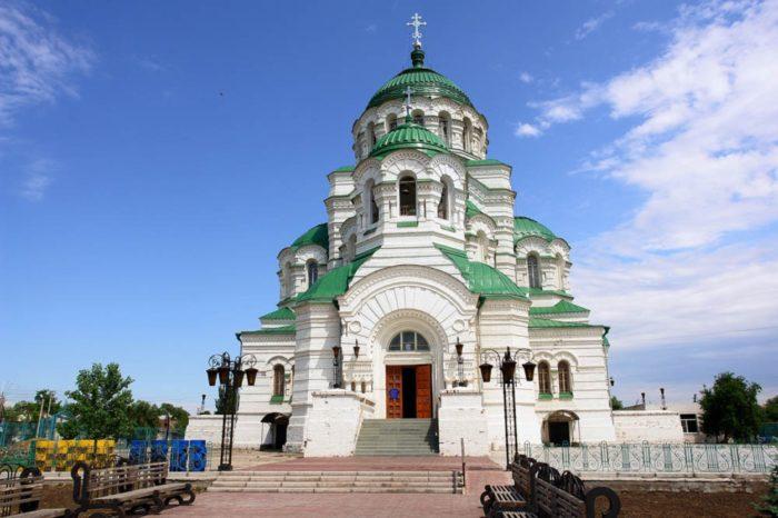 sobor-svyatogo-vladimira-700x466