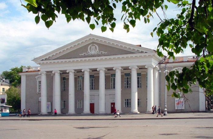 kurganskij-teatr-dramy-700x458