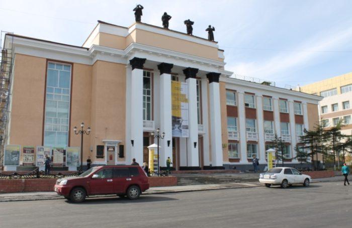 magadanskij-muzykalnyj-i-dramaticheskij-teatr-700x454