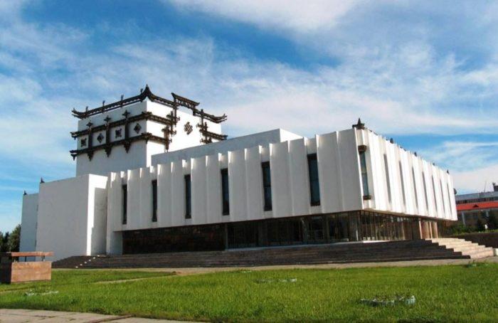 muzykalno-dramaticheskij-teatr-imeni-kok-oola-700x454