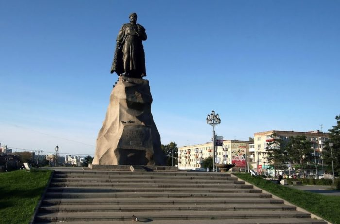 pamyatnik-erofeyu-habarovu-700x461