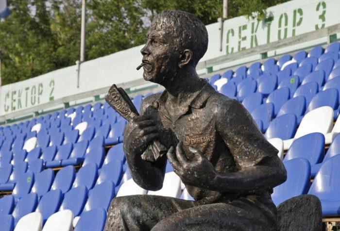 pamyatnik-futbolnomu-bolelshchiku-700x476