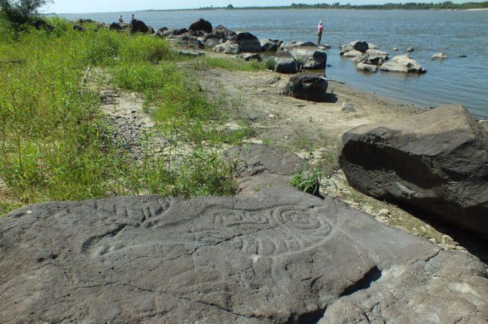 petroglify-sikachi-alyana-700x465