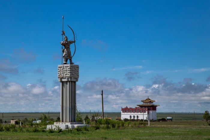 pamyatnik-hongor-alyj-lev-700x467