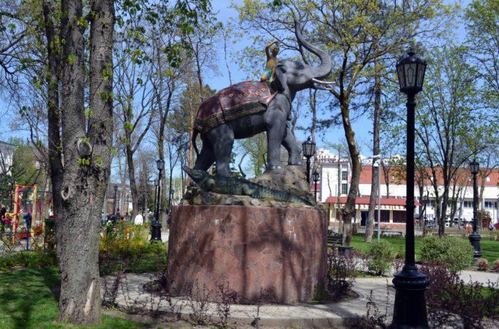 indijskij-malchik-na-slone-700x461