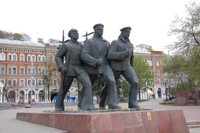 monument-geroyam-volzhskoj-voennoj-flotilii-700x465