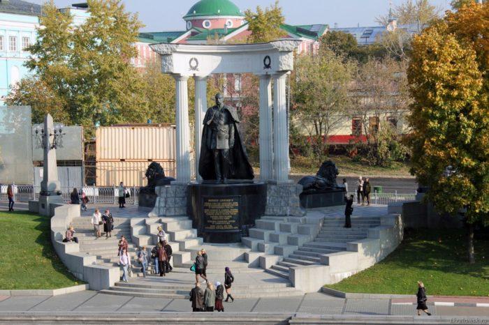 pamyatnik-aleksandru-II-osvoboditelyu-700x466