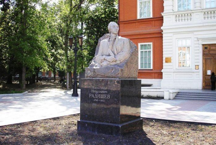 pamyatnik-an-radishchevu-700x470