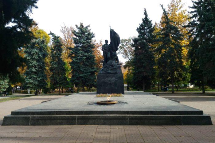 pamyatnik-borcam-revolyucii-1917-goda-700x468