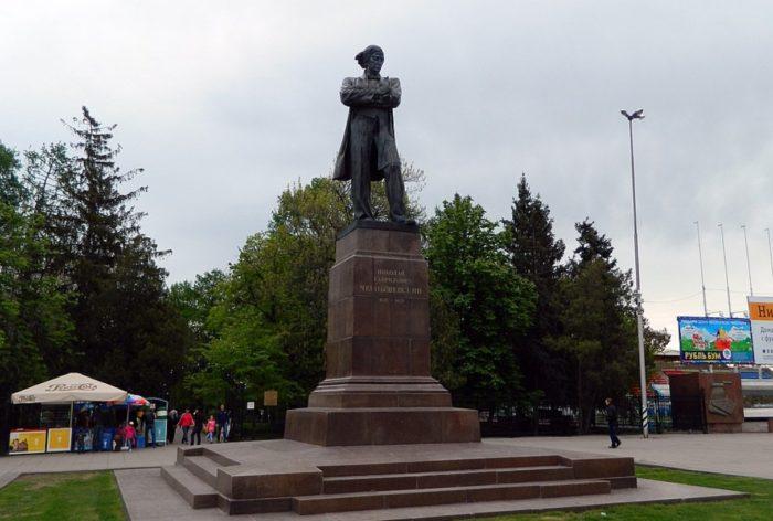 pamyatnik-chernyshevskomu-700x472