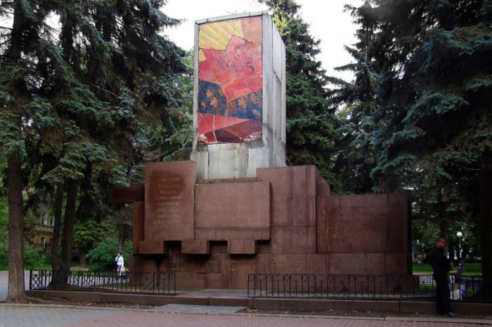 pamyatnik-geroyam-i-zhertvam-revolyucii-1905-goda-700x466