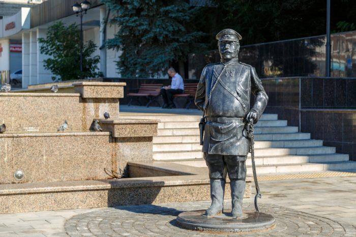 pamyatnik-gorodovomu-700x466
