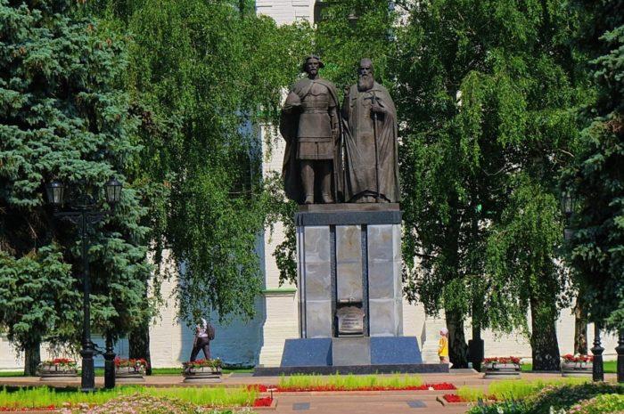 pamyatnik-knyazyu-georgiyu-vsevolodovichu-i-svyatitelyu-simonu-suzdalskomu-700x465