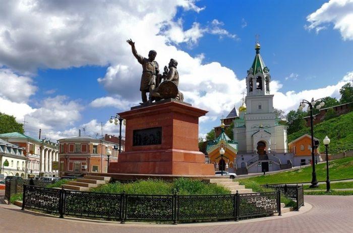 pamyatnik-mininu-i-pozharskomu-1-700x462