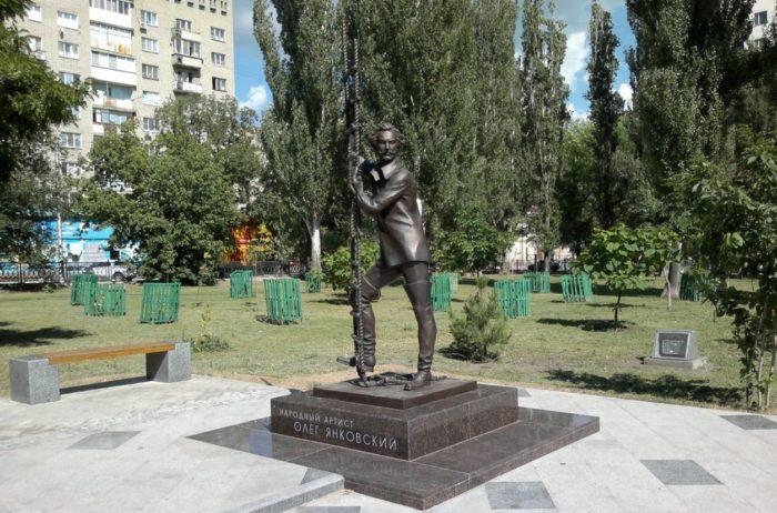 pamyatnik-olegu-yankovskomu-700x462